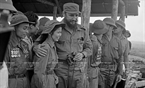 សមមិត្ត Fidel Castro លេខាទី ១ នៃគណៈកម្មការមជ្ឈិមបក្សកុម្មុនិស្តគុយបា និងជានាយករដ្ឋមន្ត្រីរដ្ឋាភិបាលបដិវត្តន៍គុយបា និងវិរៈនារី តា ធីគៀវ (Ta Thi Kieu) នៅតំបន់រំដោះភាគខាងត្បូងនៃប្រទេសវៀតណាម (ខែកញ្ញា ឆ្នាំ១៩៧៣)។ រូបថត៖ ទីភ្នាក់ងារសារព័ត៌មានវៀតណាម