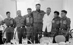 The two leaders pose with the heroes of the People's Liberation Armed Forces of South Vietnam. Photo: VNA
