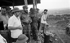 នាថ្ងៃទី ១៥ ខែកញ្ញា ឆ្នាំ១៩៧៣ សមមិត្ត Fidel Castro លេខាទី ១ គណៈកម្មការមជ្ឈិមបក្សកុម្មុនិស្តគុយបា និងជានាយករដ្ឋមន្ត្រីរដ្ឋាភិបាលបដិវត្តន៍គុយបា អញ្ជើញត្រួតពិនិត្យ មូលដ្ឋានយោធា តឹនឡឹម- យ៉ុកមៀវ  (Tan Lam- Doc Mieu) ដែលកងទ័ព និងប្រជាជនភាគខាងត្បូងវាយប្រហារ។ រូបថត៖ ទីភ្នាក់ងារសារព័ត៌មានវៀតណាម