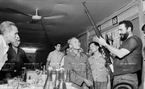 The Cuban leader was presented a rifle, which was used by Ho Duc, a Van Kieu ethnic, to shoot down an American aircraft in just two fires. Photo: VNA