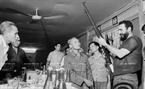 លេខាបក្សភាគស្រុក វិញលីញ ( Vinh Linh) សមមិត្ត ត្រឹនដុង (Tran Dong) ជូនសមមិត្ត Fidel Castro លេខាទី ១ គណៈកម្មការមជ្ឈិមកុម្មុនិស្តគុយបា និងជានាយករដ្ឋមន្ត្រីរដ្ឋាភិបាលបដិវត្តន៍គុយបាកាំភ្លើងវែងមួយក្បាល របស់សមមិត្ត ហូឌឹក សេនាជនម្នាក់ ជនជាតិ វ៉ឹនគៀវ (Van Kieu ) ដោយពីរគ្រាប់បានបាញ់ធ្លាក់យន្តហោះរបស់អាមេរិក។ (ខែកញ្ញា ឆ្នាំ១៩៧៣)។ រូបថត៖ ទីភ្នាក់ងារសារព័ត៌មានវៀតណាម