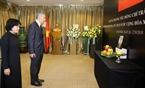 Thủ tướng Singapore Lý Hiển Long viếng Chủ tịch nước Trần Đại Quang tại Đại sứ quán Việt Nam tại Singapore. Ảnh: Xuân Vịnh/TTXVN.