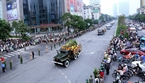 The hearse passes through Nguyen Chi Thanh street. Photo: Danh Lam/VNA