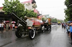 People from Ninh Binh province wait in rain for the hearse carrying President Tran Dai Quang's coffin. Photo: VNA