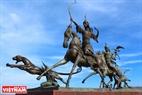 """Скульптура """"Королевскaя охотa """", однa из типичных работ в Кызыле. Фото: Чан Хьеу"""