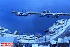 Bến thuyền du lịch phủ trắng tuyết bên sông Enisei.