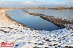 Прибрежный мыс реки Енисей, покрытый белым снегом