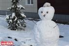 Мы можем увидеть снеговиков во многих местах в городе каждую зиму во время снегопада