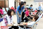 Volunteers talk with blood donators. Photo: Tran Thanh Giang