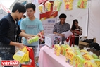 Stalls selling souvenirs for collecting money for charity also draw much attention of attendees. Photo: Van Phien