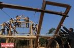 En el proceso de construcción de palafitos, el paso más importante es montar el techo. Según las creencias espirituales de los Thai, el techo es el caparazón de la tortuga que protege a los habitantes de la casa. Foto: Thong Thien