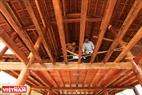 Pavimentando el piso con listones de madera. Foto: Thong Thien