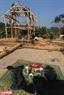 Antes de montar el techo, el hechicero hace una ceremonia espiritual al santo patrón del terreno donde se construye la vivienda. Foto: Thong Thien.