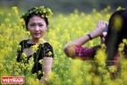 A los jóvenes les encanta hacer guirnaldas de flores de mostaza. Foto: Cong Dat