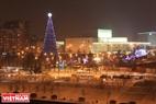 Главная елкa Красноярскa находится на Театральной площади, украшаeт город своей красотой на берегу Енисея.