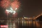 Các màn pháo hoa tưng bừng trên bầu trời Thành phố chào đón sự kiện khai trương cây thông năm mới.