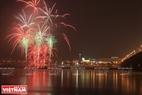 Màn pháo hoa tưng bừng chào đón sự kiện khai trương cây thông năm mới.