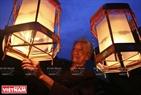"Ночью фонарики ""кео куан"" освещают двор г-нa Нгуен Ван Куeнa. Фото: Тхонг Тхиен"