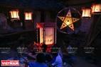 河内青威县高员乡潭员村孩子们在中秋佳节之夜欢聚一堂,赏月、吃月饼。本报记者 通善 摄