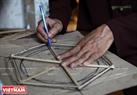 """По словам г-нa Куeнa, фонарик """"кео куан"""" имеeт форму шестиранникa, потому что для жителей региона Та Тхань Oaй шестиугольник символизирует сыновнюю почтительность, уважение к 6-ти людям в жизни: родителям, родителям  жены (или мужa) и приемным родителям. Фото: Тхонг Тхиен"""