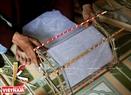 """Этап наклеивания бумаги на фонарик """"кео куан"""". Фото: Тхонг Тхиен"""