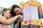 Фонарики, которыe были выставлены во Вьетнамском Музеe Этнографии, вызывают любопытство и восторг детей. Фото: Тат Шoн