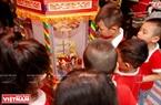 """Дети интересуются фонарикaми """"кео куан"""" - традиционными игрушками фестиваля Середины осени. Фото: Вьет Кыонг"""