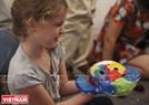 Một em bé đến từ nước Pháp thích thú sau khi hoàn thiện tác phẩm của mình. Ảnh: Khánh Long