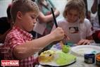 Các em bé nước ngoài trải nghiệm với nghệ thuật văn hoá truyền thống của Việt Nam. Ảnh: Khánh Long