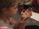 Bàn tay với nhiều màu sắc của bé gái sau khi hoàn thành xong việc tô màu mặt nạ. Ảnh: Khánh Long