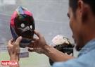Các tác phẩm của hoạ sĩ tên tuổi được trưng bày để bán gây quỹ từ thiện xây trường học cho trường Tiểu học Suối Bau (Phù Yên, Sơn La). Ảnh: Khánh Long
