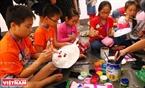 Những bé trai và bé gái lớn tuổi có vẻ thành thạo hơn trong cách sử dụng màu sắc để vẽ mặt nạ. Ảnh: Thanh Giang