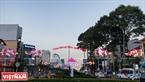 Con đường cửa ngỏ từ sân bay Tân Sơn Nhất vào trung tâm Tp. Hồ Chí Minh được trang trí đèn đón xuân hình hoa sen. Ảnh: Nguyễn Luân