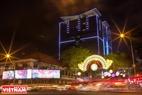Các trung tâm thương mại lớn ở Tp. Hồ Chí Minh bố trí đèn trang trí chào đón xuân 2016. Ảnh: Nguyễn Luân