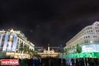 Tòa nhà Trụ sở Ủy ban Nhân dân Tp. Hồ Chí Minh và phố đi bộ Nguyễn Huệ rực rỡ trong đêm. Ảnh:  Nguyễn Luân