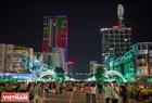 Khu trung tâm Tp. Hồ Chí Minh thu hút nhiều bạn trẻ tụ tập chuẩn bị đón giao thừa. Ảnh:  Nguyễn Luân