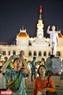 Các du khách đến từ Hàn Quốc tranh thủ chụp lại khoảnh khắc giao thừa cùng màn bắn pháo hoa ấn tượng của Tp. Hồ Chí Minh. Ảnh:  Nguyễn Luân