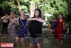 Các nữ du khách nước ngoài hào hứng trong điệu nhảy Macarena. Ảnh: Dư Phiên