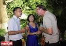 Члены клуба говорят с иностранными гостями. Фото: Зы Фиен