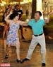 """Du khách hào hứng ngắm nhìn các """"vũ công"""" đắm mình trong điệu nhạc. Ảnh: Trần Thanh Giang"""