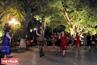 La danse Macarena met tous les membres du club en efferversence. Photo: Trân Thanh Giang