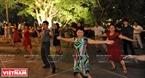 Деятельности танцевального клуба принесyт красоту озеру Возвращенного Меча. Фото: Чан Тхань Жанг