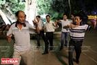 Учитель танцев Дык Хуй показывает учащимся основные движения танца. Фото: Зы Фиен