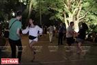 Các du khách nước ngoài  tham gia vào một điệu nhảy cùng các thành viên của CLB khiêu vũ Lộc Vừng. Ảnh: Dư Phiên