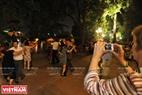 Иностранные туристы фотографируются, чтобы сохранить эти красивые фотографии у Озера Возвращенного Меча танцевального клуба Лок Вынг. Фото: Чан Тхань Жанг