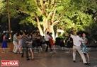 Các điệu nhảy đôi và những bài nhảy đồng diễn được các học viên biểu diễn dười tán Lộc Vừng cổ xưa. Ảnh: Trần Thanh Giang
