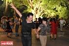 Lớp khiêu vũ là một hoạt động lành mạnh và cũng là một nét đẹp bên Hồ Gươm. Ảnh: Trần Thanh Giang