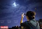 Mặc dù thời tiết không được tốt khiến cho hình ảnh siêu trăng xuất hiện không được rõ nét nhưng người Hà Nội vẫn rất hào hứng với hiện tượng thiên nhiên kỳ thú có một không hai này. Ảnh: Công Đạt