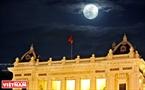 Siêu trăng xuất hiện ngay trên bầu trời Nhà hát Lớn Hà Nội. Ảnh: Công Đạt