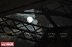 Siêu trăng tại thời điểm đạt cực đại về độ sáng quan sát được ở khu vực cầu Long Biên. Ảnh: Công Đạt